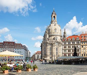 Frauenkirche in Dresden mit Oldtimer Bus