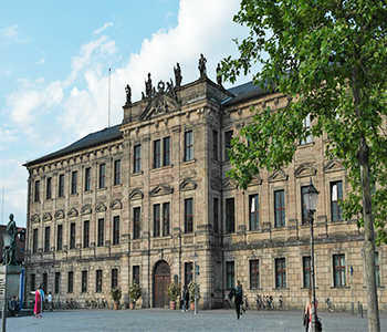 Erlangener Rathaus mit Bus