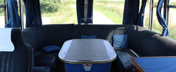 Tische mit blauer Sitzecke