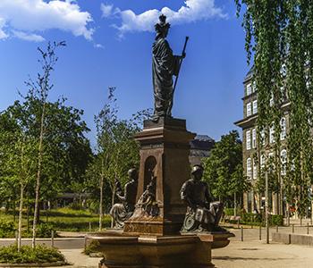 Statue-Chemnitz-Oldtimerbus