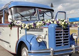 Blumengirlande an einem Hochzeitsbus