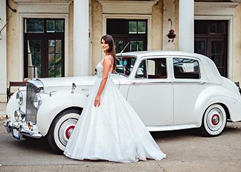 Braut und Hochzeitsauto