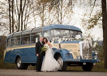 Hochzeitsbus mit dem Ehepaar