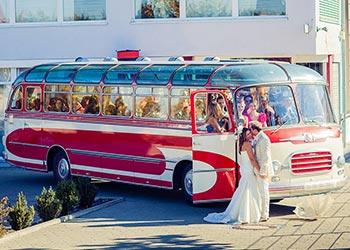 Hochzeitsgesellschaft im Bus zu einer Hochzeit.